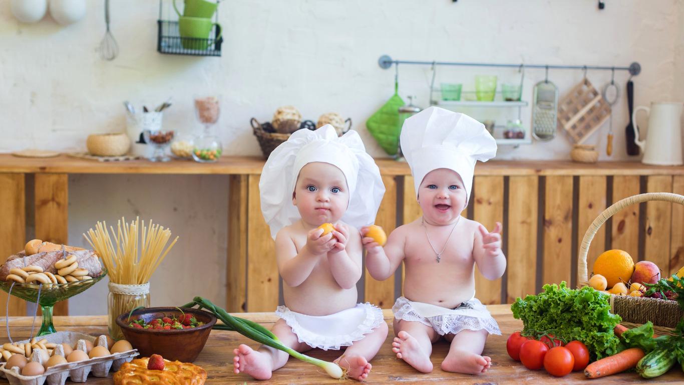 Маленький ребенок — на кухне